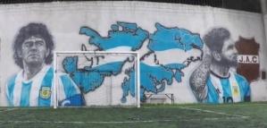 Maradona, Messi y las Malvinas: el tremendo mural en un club de Longchamps
