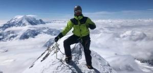 Hizo cumbre en cuatro de los siete picos más altos del mundo con la bandera de Veteranos de Malvinas