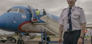 Sorpresivo y emotivo homenaje en Posadas al comandante de Austral que piloteó un Pucará en Malvinas y hoy realizó su último vuelo